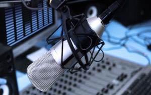 Radio - Estudio - Consola, vúmetro y microfono